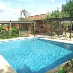 Grosser Pool mit verschiedenen Terrassen