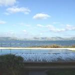 Poolblick und Blick auf die Küstenlinie von Formentor