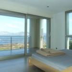 Schlafzimmer mit Zugang zur überdachten Terrasse und fantastischen Meerblick