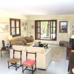 Urgemütlicher und heller Wohnbereich mit grossen Fenstern