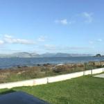 Blick auf Garten und davorliegenden Meerzugang