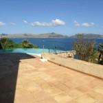 Blick von der Terrasse auf das Meer und die Küstenlinie von Port de Pollenca