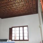 Wohnzimmer mit Holzkassettendecke in historischer Sommervilla Mal Pas
