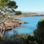 Blick Natursteinhaus mit Meerzugang über die Bucht von Pollenca
