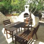 Eigene Terrasse mit Grill und Zugang zum kleinen Garten