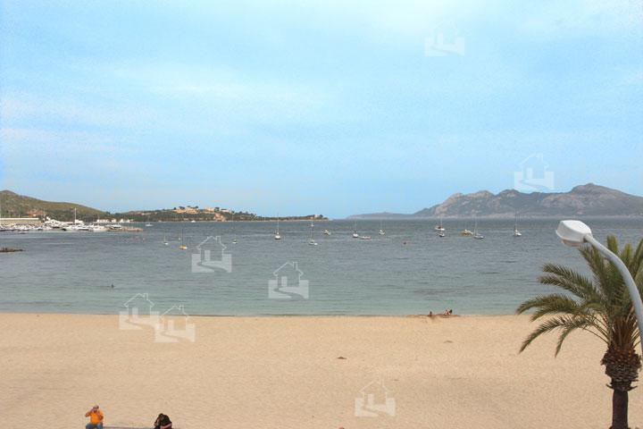 Blick auf Sandstrand von Port de Pollenca