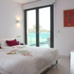 Hauptschlafzimmer mit Ankleide und Zugang zur Terrasse