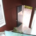 Helles rollstuhlgerechtes Treppenhaus mit besten Materialien und Aufzug