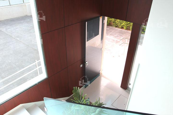 treppenhaus mit aufzug aufzug f r das mehrfamilienhaus preise vergleichen k uferportal 3. Black Bedroom Furniture Sets. Home Design Ideas
